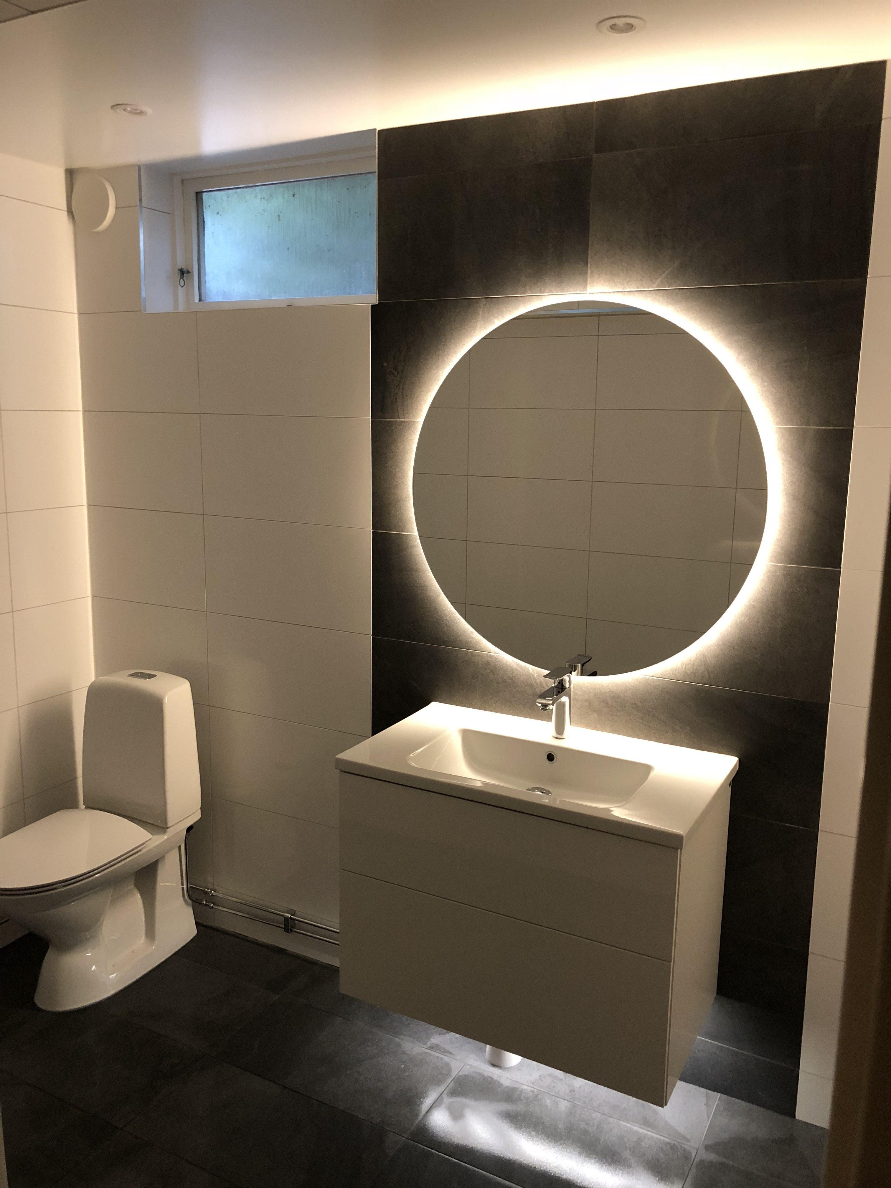 Badrum, spegel, toalett