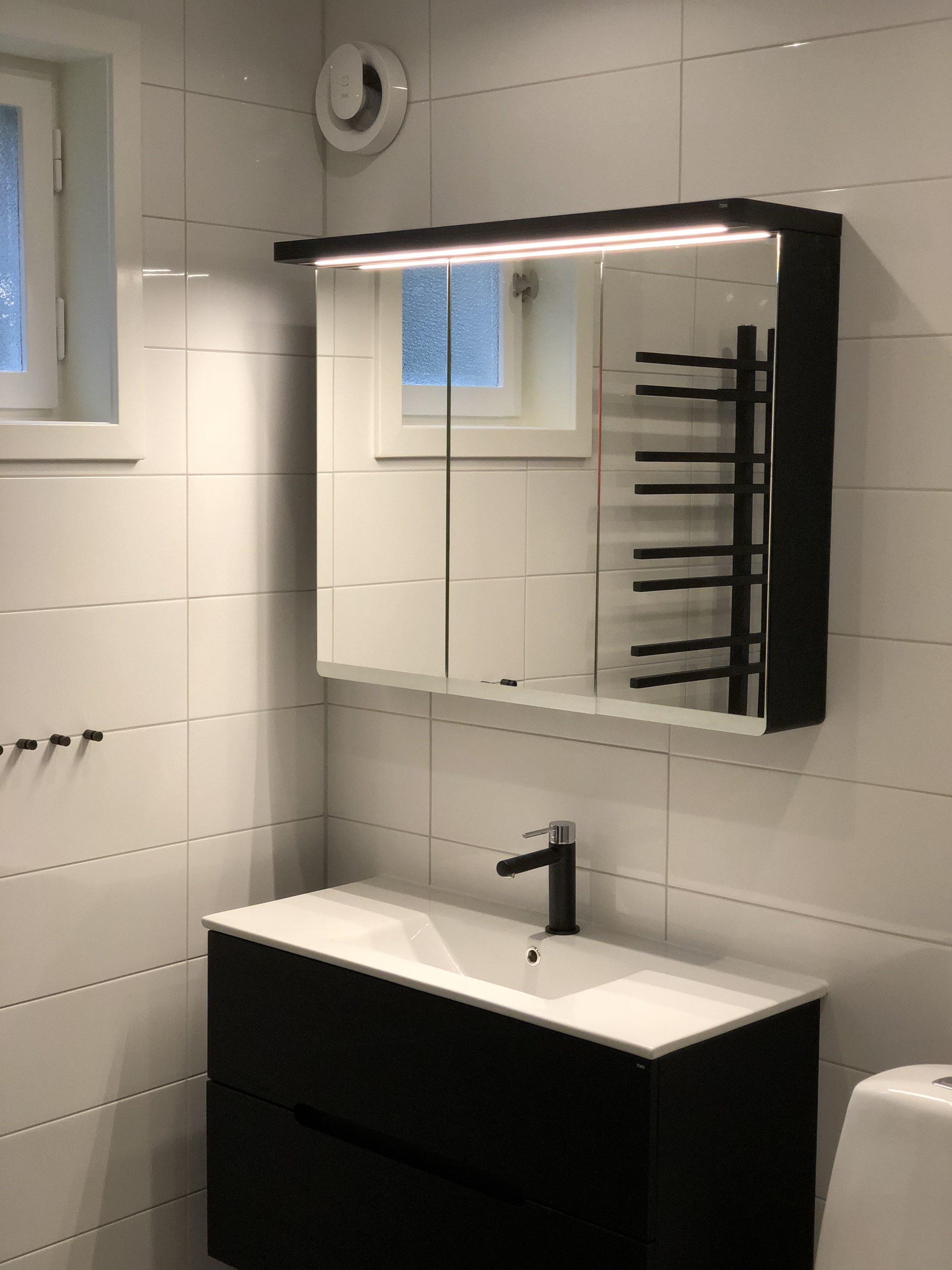 Badrum, spegel, handfat, handdukstork